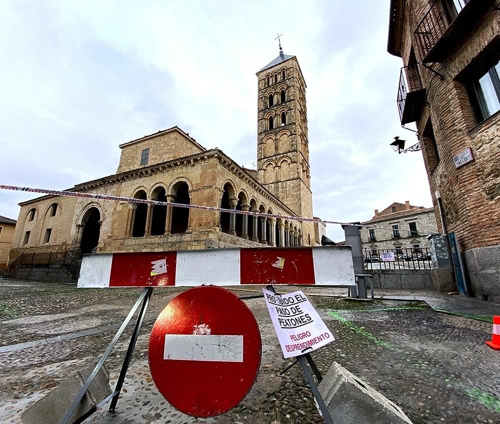 La iglesia de San Esteban, acordonada por riesgo de caída de la cruz de hierro que corona su torre y que, según se estima, puede pesar unos 400 kilos.