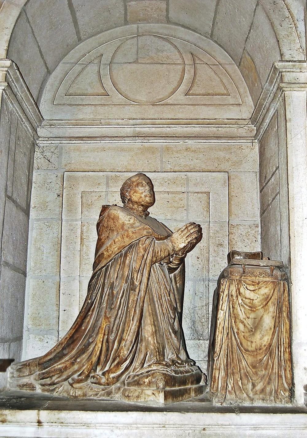 Estatua orante de Alfonso Velázquez en el municipio de Tudela de Duero.