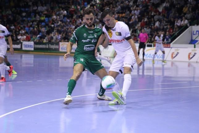 Rafa Usín en una disputa de balón en el partido de la primera vuelta NATV