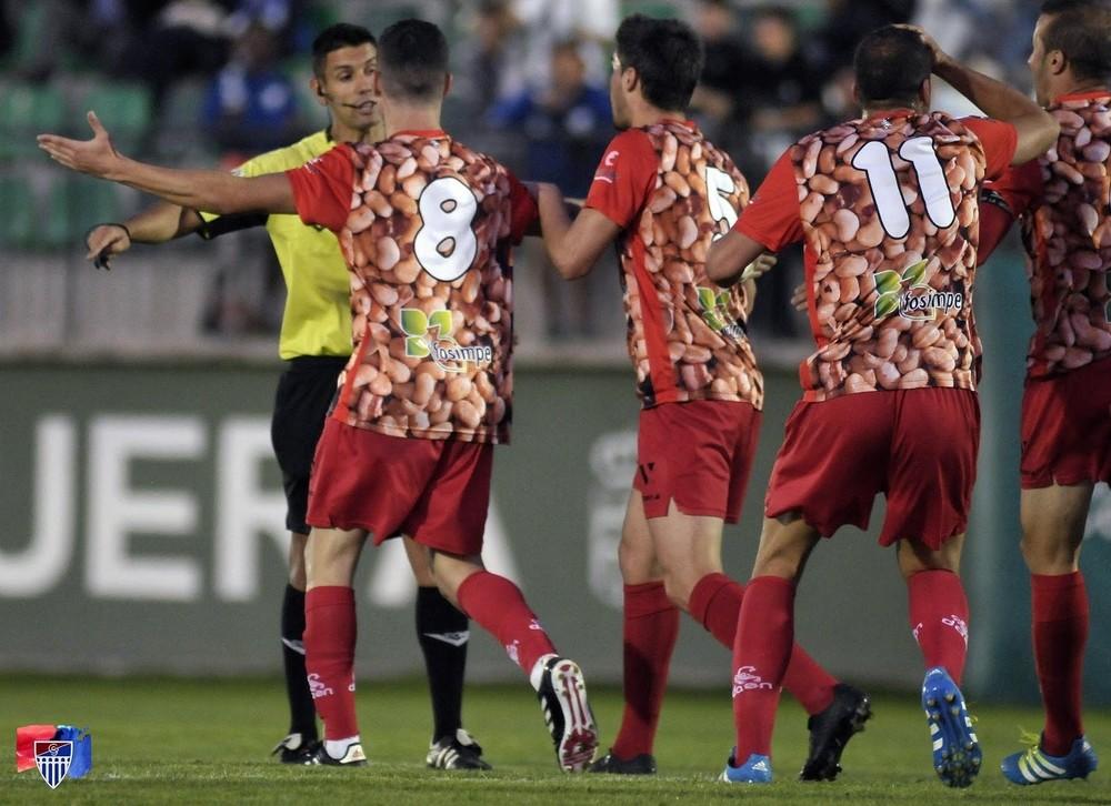Los jugadores de La Granja protestan la decisión de Laín Pérez.