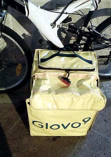 Le roban la bici a un repartidor de Glovo en el portal