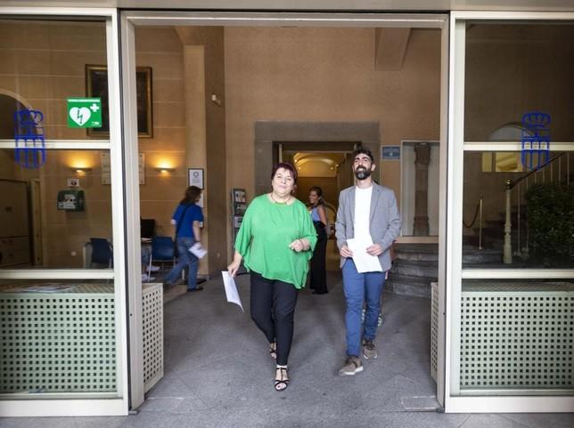 Clara Luquero y Guillermo San Juan salen del Ayuntamiento para explicar el acuerdo alcanzado entre el PSOE y Podemos-Equo