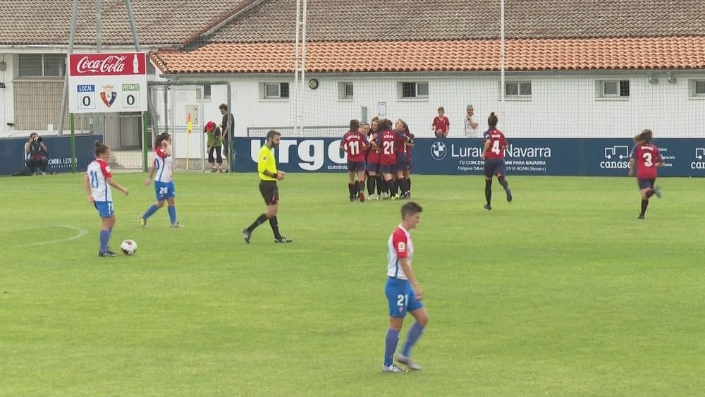 Las rojillas celebran el primer gol del partido obra de la capitana Mai Garde