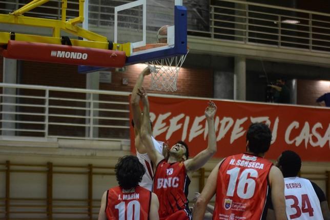 Adrián García pugna por un rebote ante la mirada de Sonseca y Marín. Iñaki Martínez