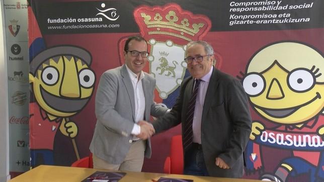 El director de Navarra Televisión, Roberto Cámara, y el presidente de Osasuna, Luis Sabalza, han firmado el acuerdo NATV