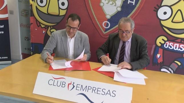 Momento de la firma rubricada este jueves en el estadio de El Sadar NATV