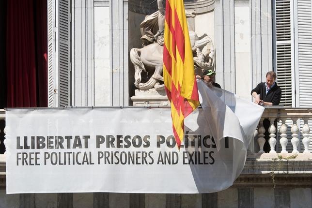 Torra obedece a la Junta Electoral y retira los lazos Marta Pérez