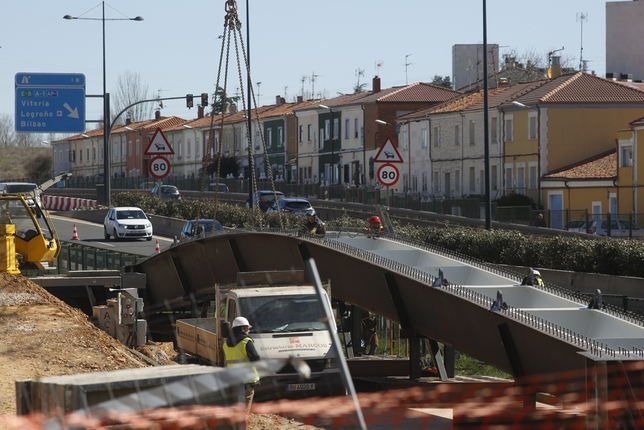 Metálicas Estrumar ha fabricado la pasarela, que se comenzó a montar el mes pasado.