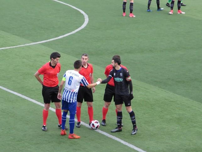 Los capitanes de ambos equipos se saludan antes del partido Juan Andrés Pastor