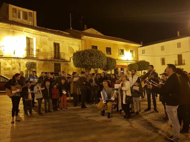 Cántico del mayo este año en la plaza de España de Horcajo de Santiago. AYUNTAMIENTO