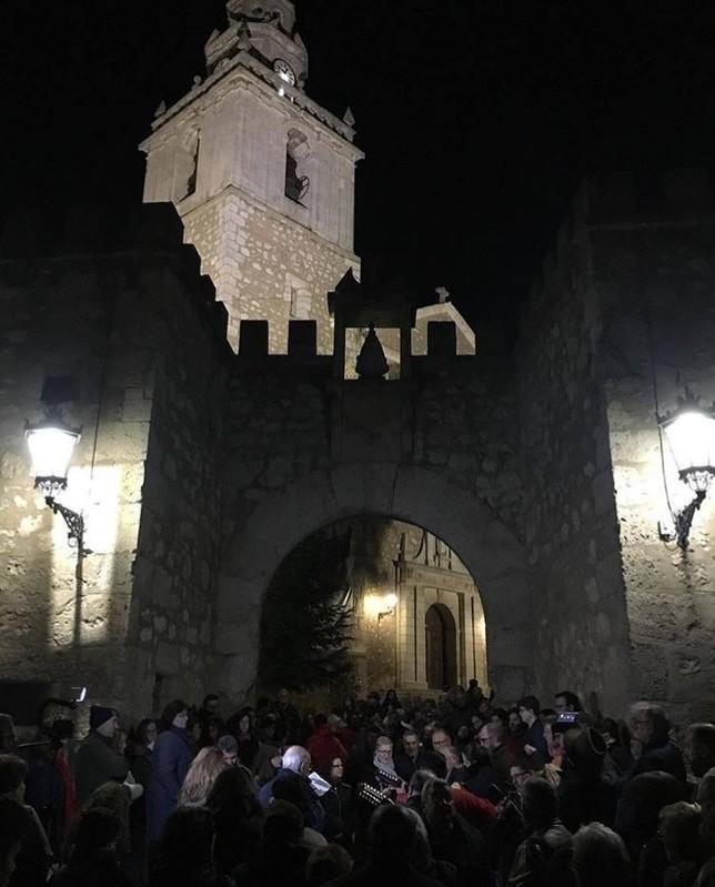 Caño Gordo canta el mayo cada 30 de abril pasadas las doce de la noche en el Arco de la Malena de Tarancón. ARCHIVO