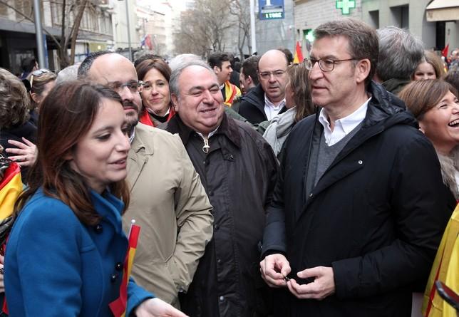 Vicente Tirado, número 4 del PP nacional, junto a Núñez Feijoo y Andrea Levy.  JUAN LAZARO