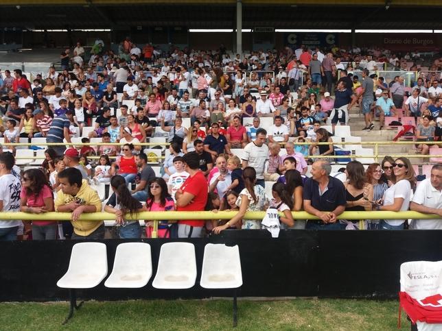 Muchos aficionados han acudido a primera hora para lograr un buen asiento, dado que no estaban numerados.