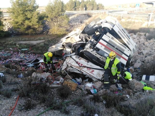Bomberos rescatan al conductor de un camión en la A-3