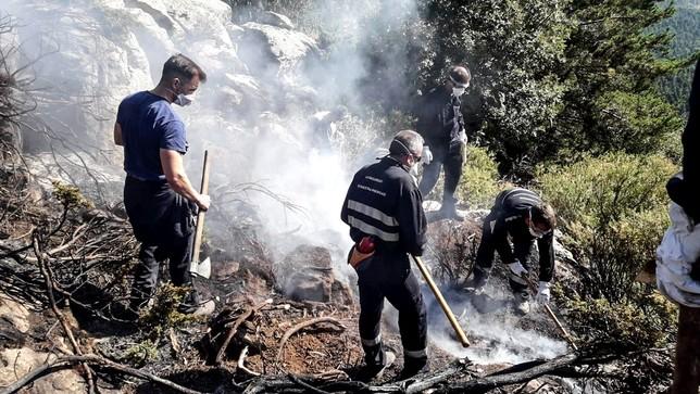 Voluntarios de Verescence en tareas de 'remate', cuando el fuego aún no había sido 'controlado'