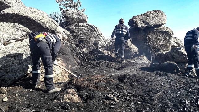Voluntarios, el lunes por la tarde, al día siguiente de declarse el fuego.