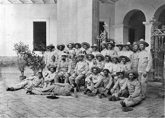 Los supervivientes del destacamento militar de Baler fotografiados el 2 de septiembre de 1899 en Barcelona.