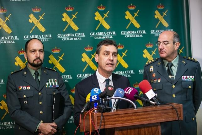 El delegado del Gobierno con el coronel Urruchi (dcha.) y el teniente coronel de la UCO, durante la rueda de prensa Rueda Villaverde