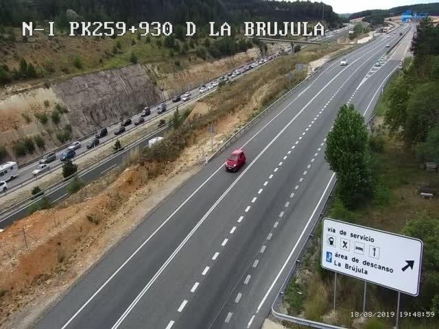 Los vehículos están siendo desviados por la N-I, como muestra esta imagen de la cámara de la DGT en el alto de La Brújula.