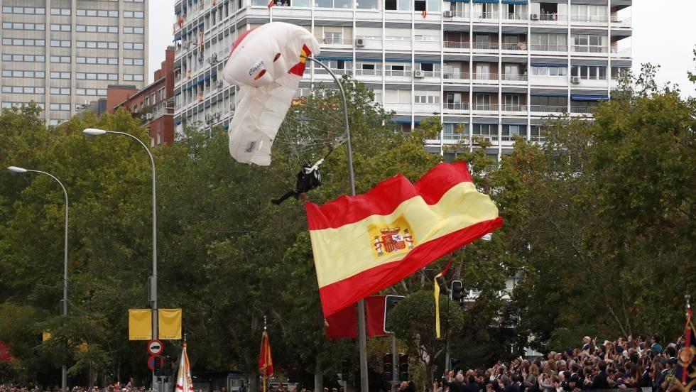 Un paracaidista choca contra una farola en el desfile