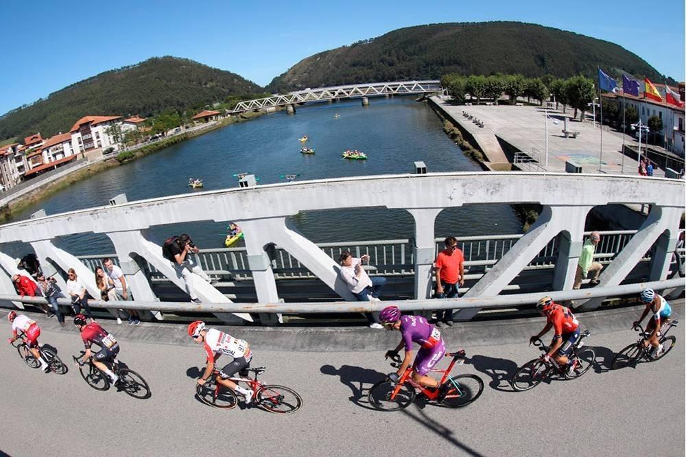 Jorge Cubero, implicado en una caída masiva en la Vuelta