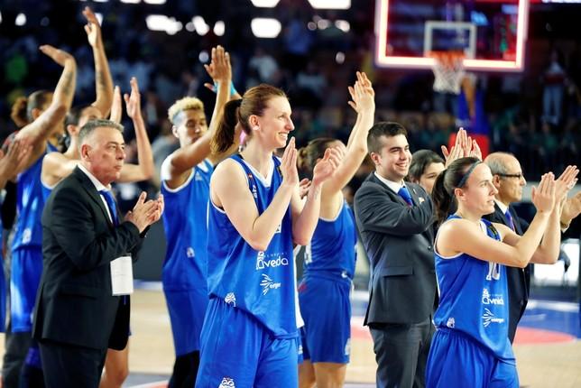 Las jugadoras del Perfumerías Avenida celebran su clasificación para la final. EFE David Aguilar