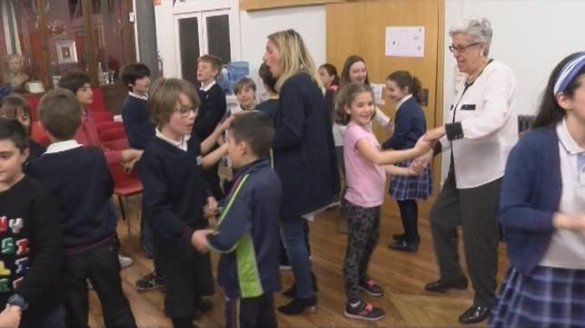 Las personas mayores reconocen los beneficios de la actividad donde cantan y bailan con los niños