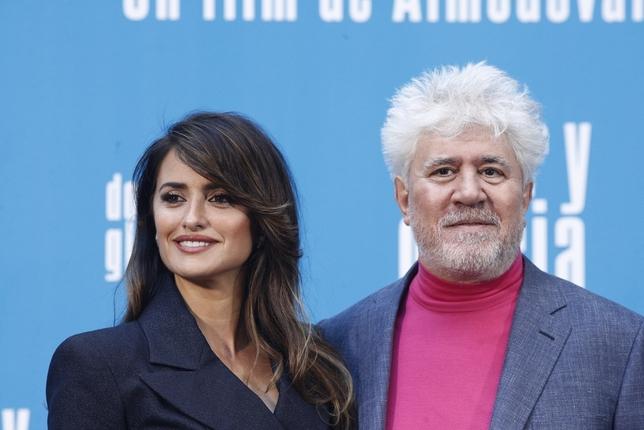 La actriz Penélope Cruz y el director de la pelÁcula, Pedro Almodóvar, en el photocall de 'Dolor y gloria'. EFE