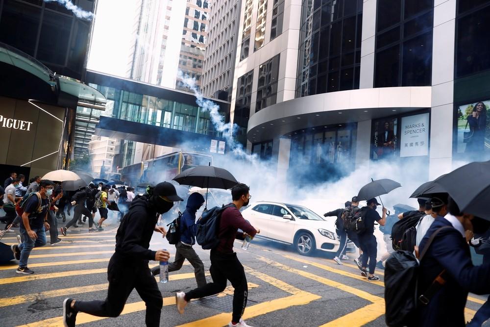 La Policía dispara a un manifestante en Hong Kong