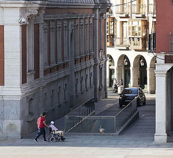 La entrada al parking ha 'estrechado' la calle Manzana.
