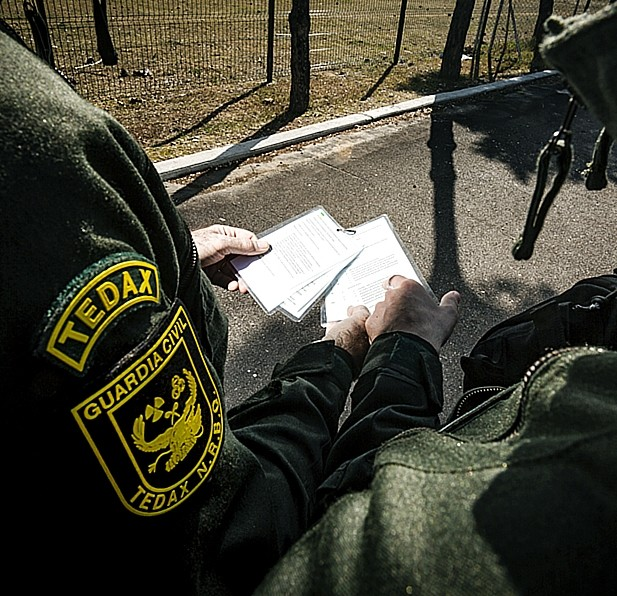 Con la ayuda de las fichas de los proyectiles y granadas más comunes logran poner «nombre y apellidos» a lo que deben desactivar o destruir. Jonatan Tajes