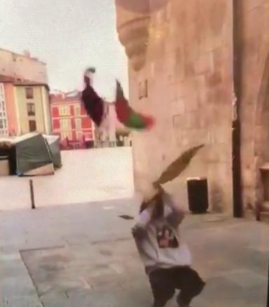 En otra captura del vídeo, con la plaza del Rey San Fernando de fondo.