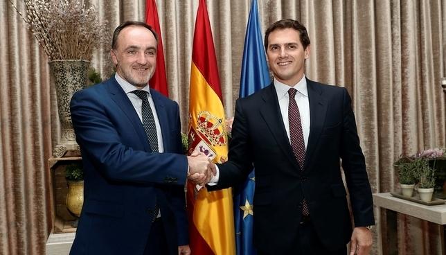 Javier Esparza y Albert Rivera sellan el acuerdo entre UPN y Ciudadanos EFE