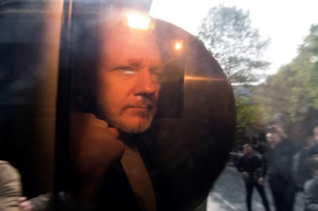 Assange, un año de cárcel por violar la libertad condicional NEIL HALL