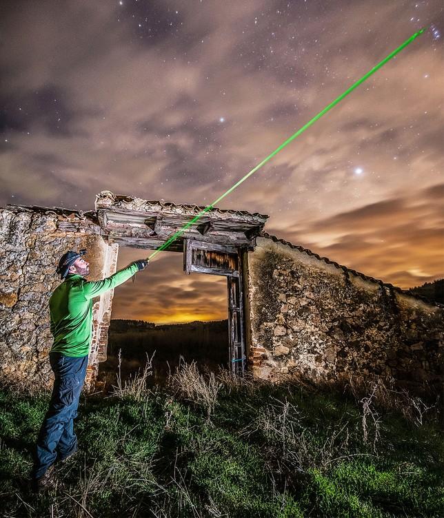 Enrique García, de Más que Monte, explica las estrellas vistas desde el Valle del Pirón con la ayuda de un puntero láser.