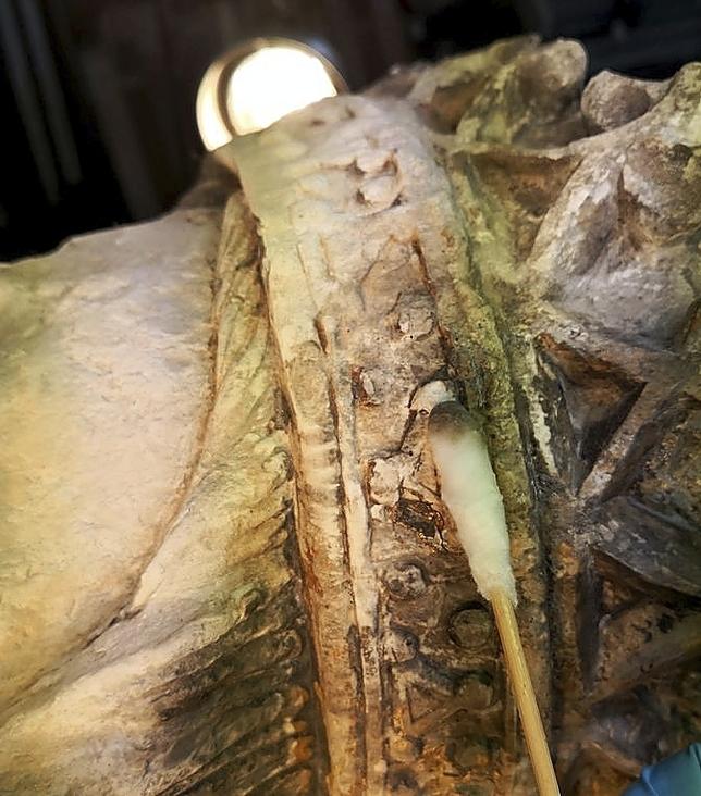 Parte de la capa negra que tenía la Virgen del Acueducto debido a la contaminación del tráfico y a un farolillo de gasóleo que la alumbró siglos atrás.