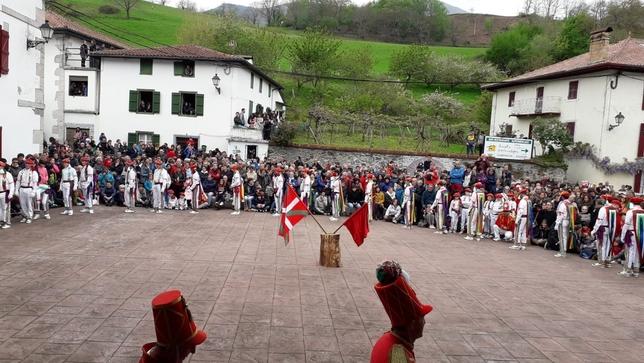 Los tradicionales Bolantes aportan ritmo y color a Valcarlos