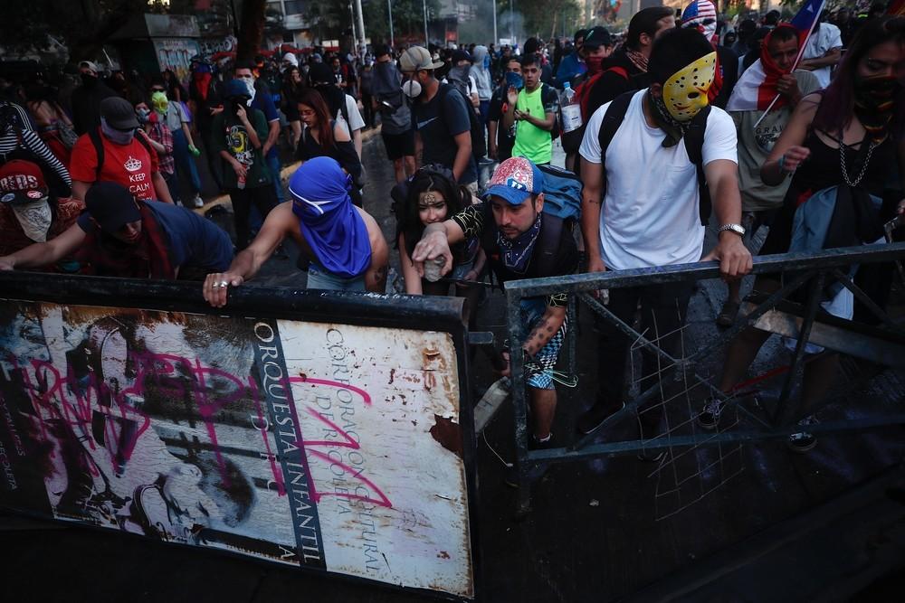 Dispersan con gases lacrimógenos a los manifestantes en Chil