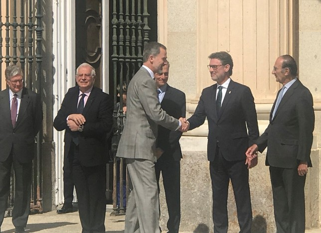 Don Felipe saluda al alcalde de La Granja