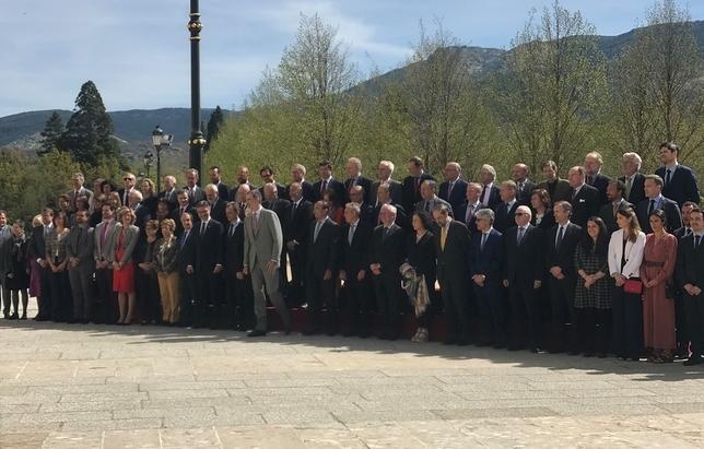 Foto de familia del consejo científico del Real Instituto Elcano presidido por el Rey