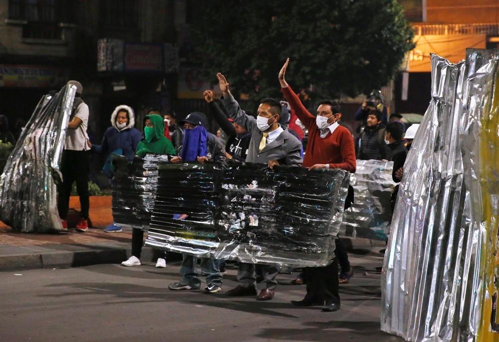 Afines y contrarios a Evo Morales se enfrentan en La Paz
