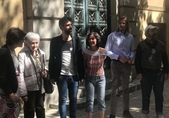 Miembros de las plataformas por la sanidad pública y del policlínico junto a los miembros de Podemos-Equo
