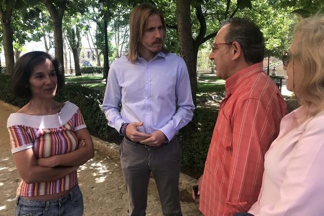 Fernández y Amada Peñalosa conversan con miembros de su partido