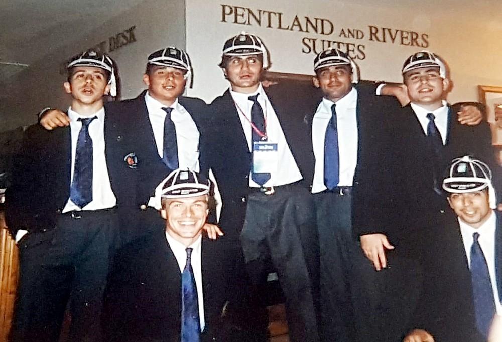 Los siete vallisoletanos, con las gorras o casquetas (caps) que se otorgan por la participación en un partido internacional.