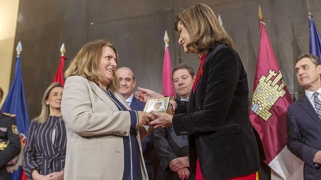 Almudena García Sánchez recoge la placa de homenaje a su hermana María José, primera policía que falleció en un atentado de ETA. Yolanda Lancha