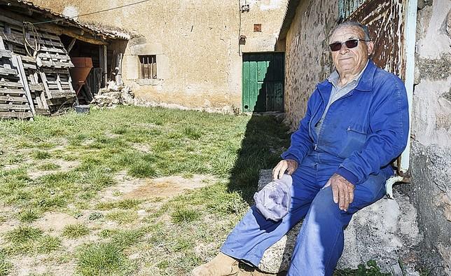 Valentín Sanz, vecino de Encinas, con 43 vecinos censados. Rosa Blanco