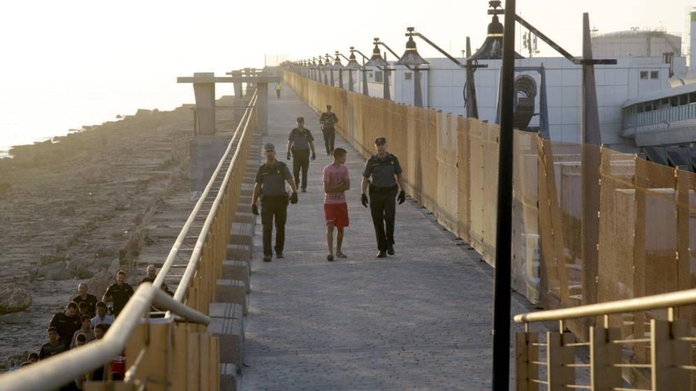 Varios menas asaltan unos autobuses para cruzar la frontera