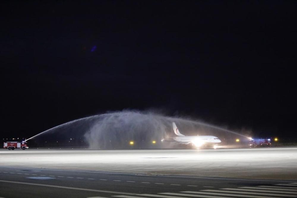 Aterriza el primer avión en el aeropuerto
