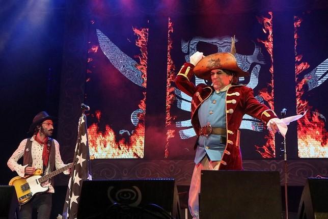 Sabina abre el Carnaval de Cádiz rodeado de poetas canallas Román Ríos