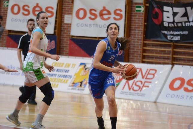 Beatriz Royo trata de superar a una rival Iñaki Martínez